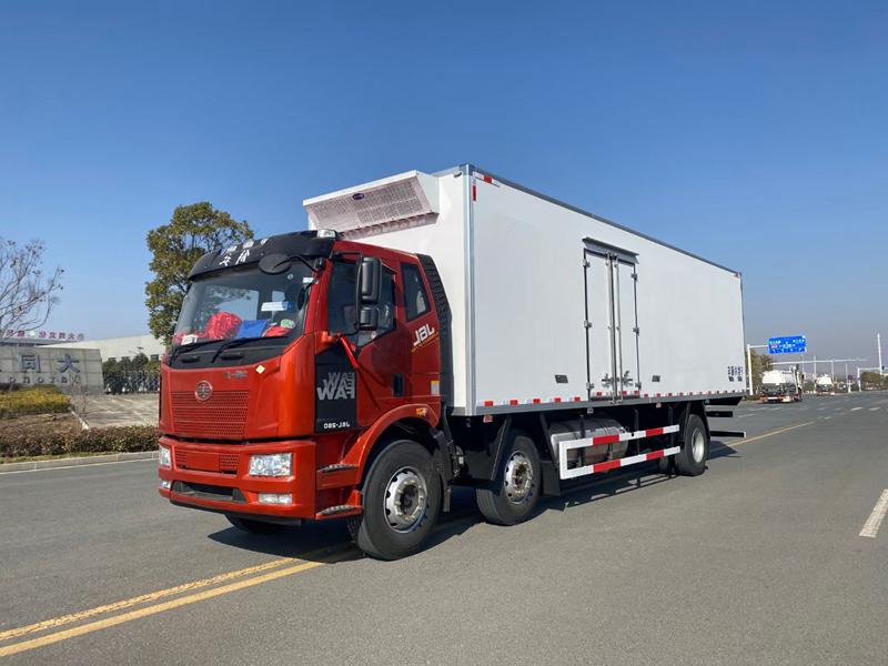 解放J6L小三轴9米6(天然气)冷藏车